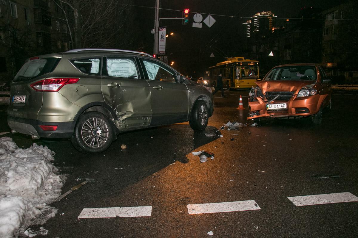 У Ford, в свою очередь,повреждена правая сторона, обе двери и выгнуто колесо