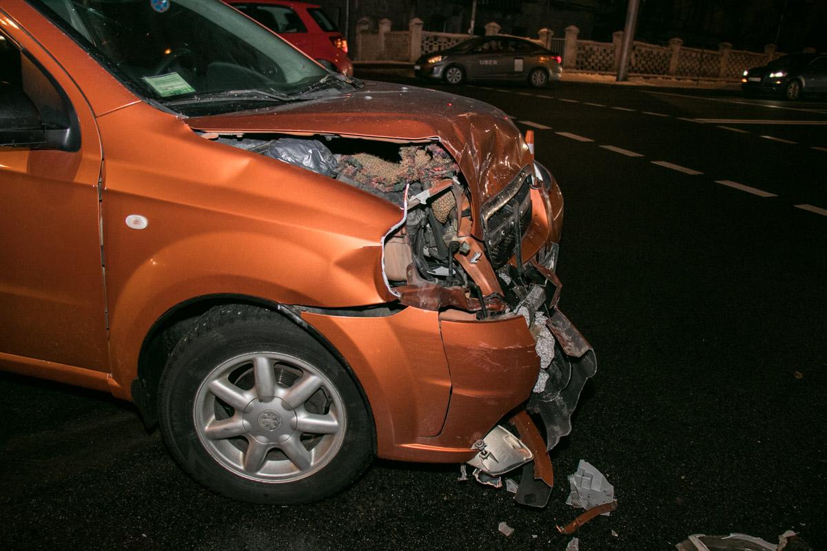 У Chevrolet Aveo сильно повреждена передняя часть корпуса