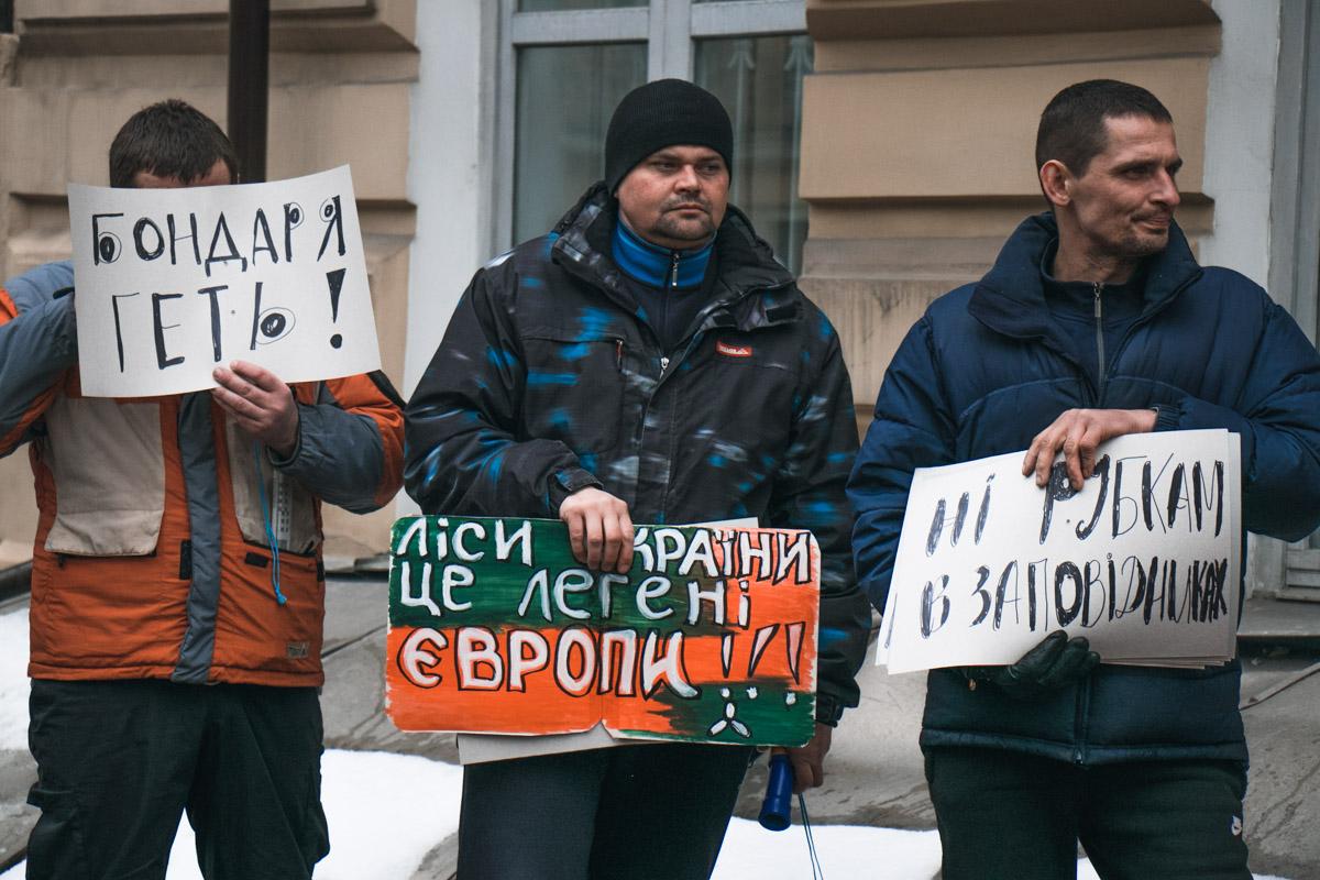 На акцию протеста люди пришли с плакатами