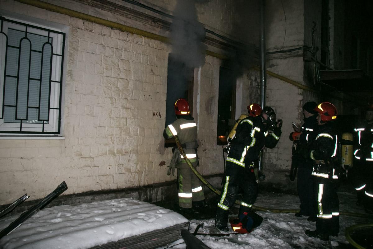 Для ликвидации пожара на место прибыли несколько бригад спасателей