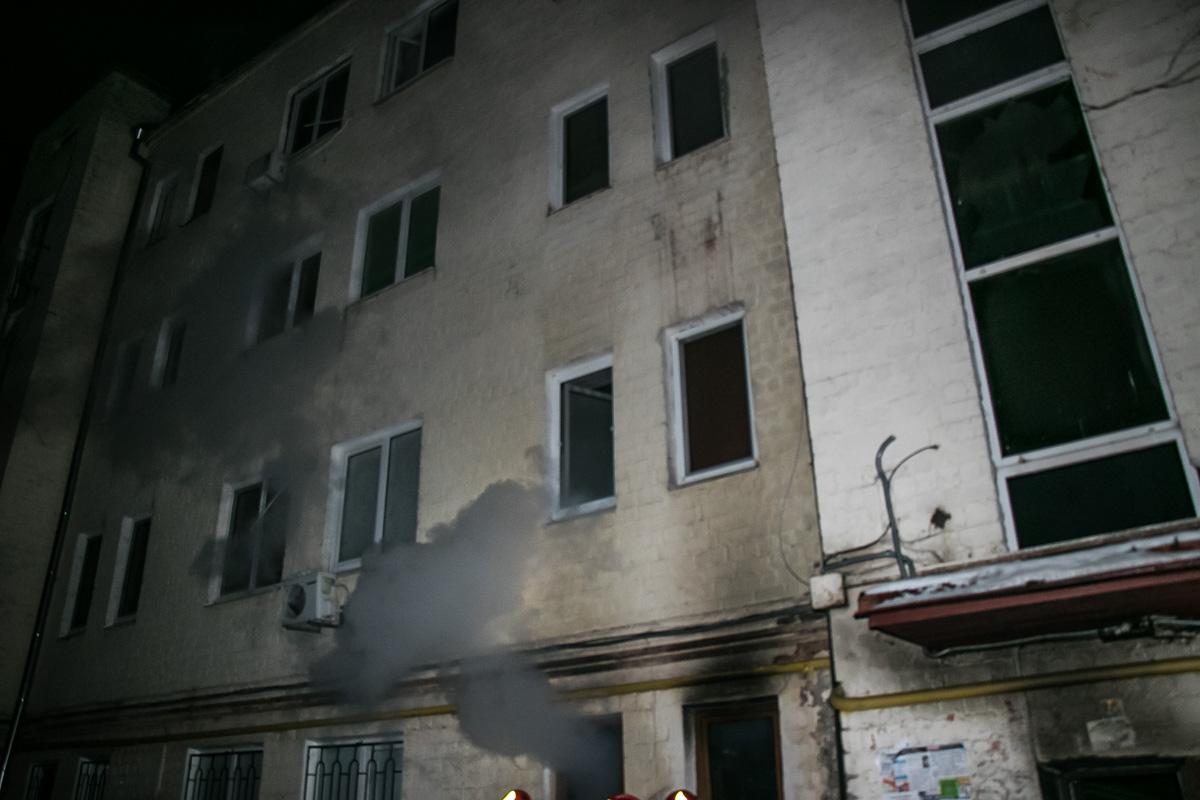 Огонь вспыхнул на первом этаже многоэтажного дома