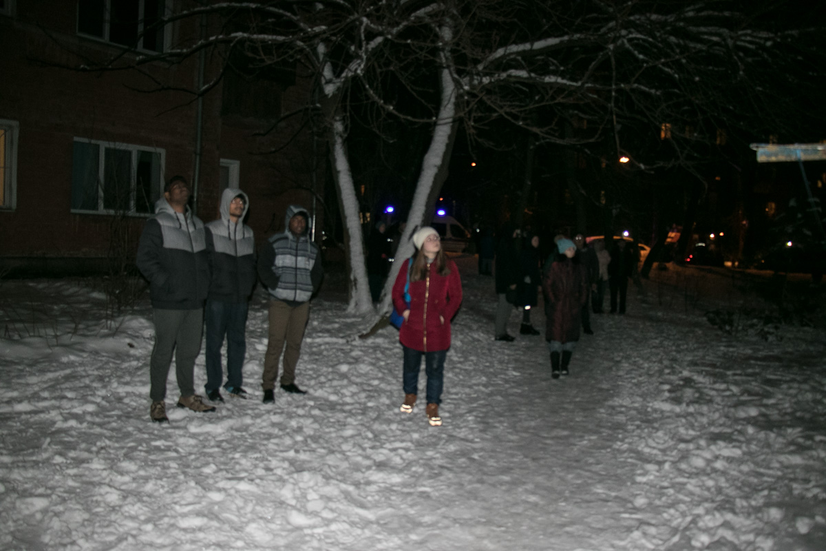 Жильцы дома на морозе наблюдали за действиями пожарных
