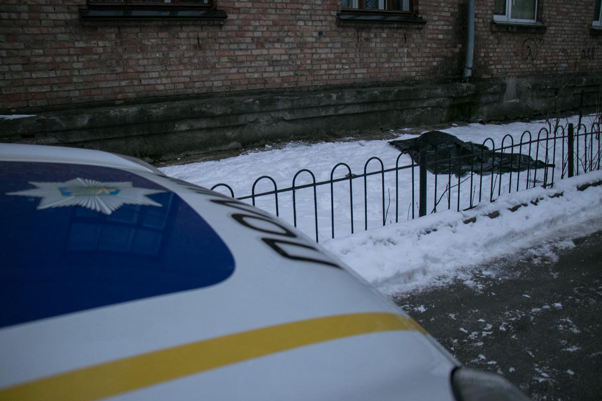 Труп женщины под окном квартиры рано утром обнаружил ее сын