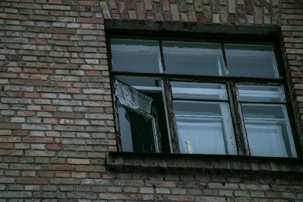 Погибшая женщина выпала из этого окна на последнем этаже