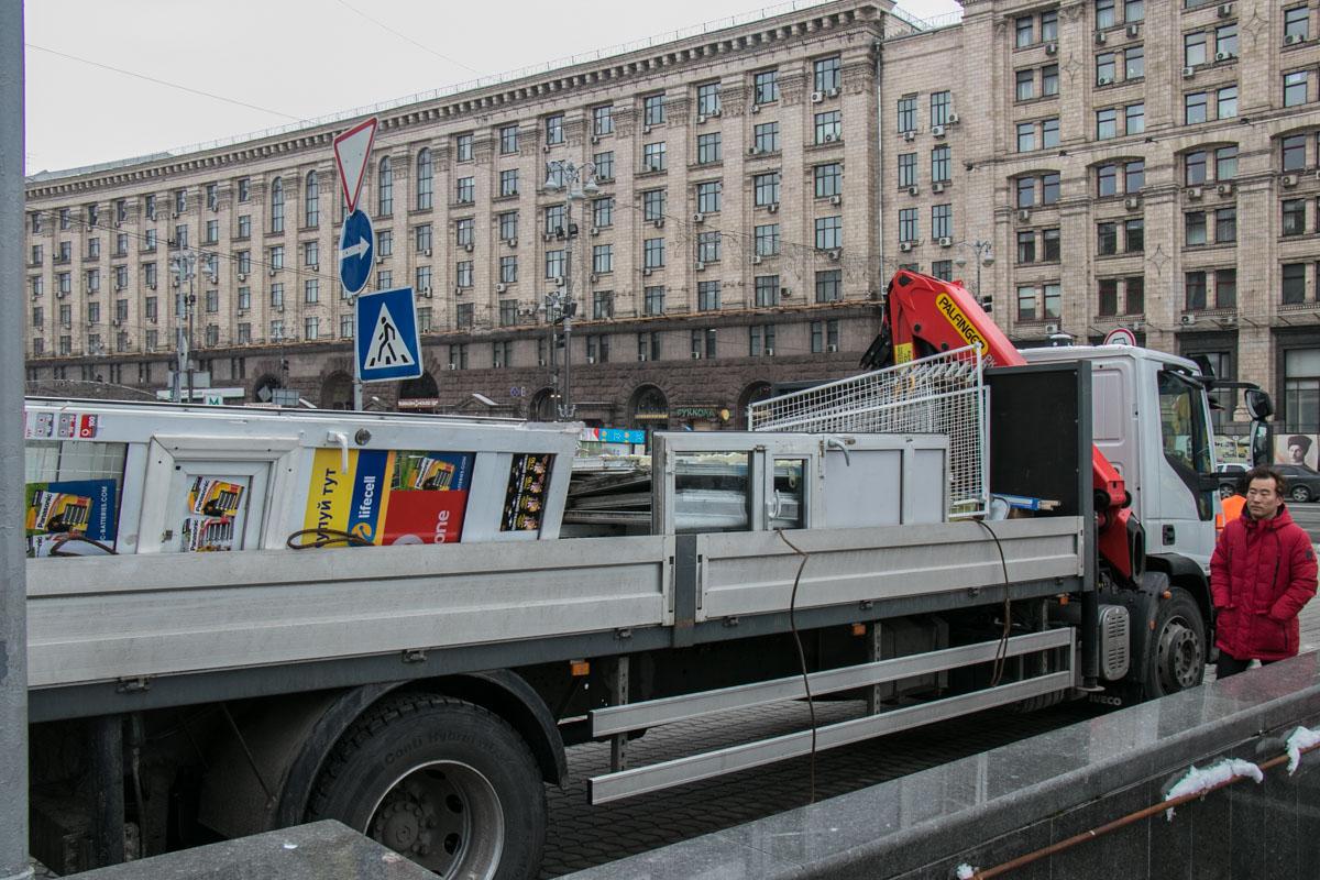 Остатки ларьков оперативно вывозят из центра Киева