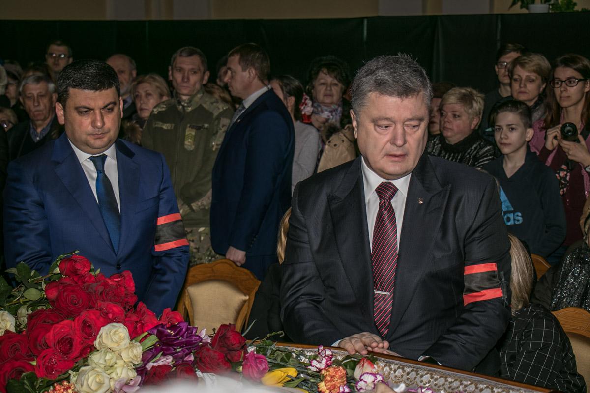 На церемонию прощания приехали Петр Порошенко и Владимир Гройсман