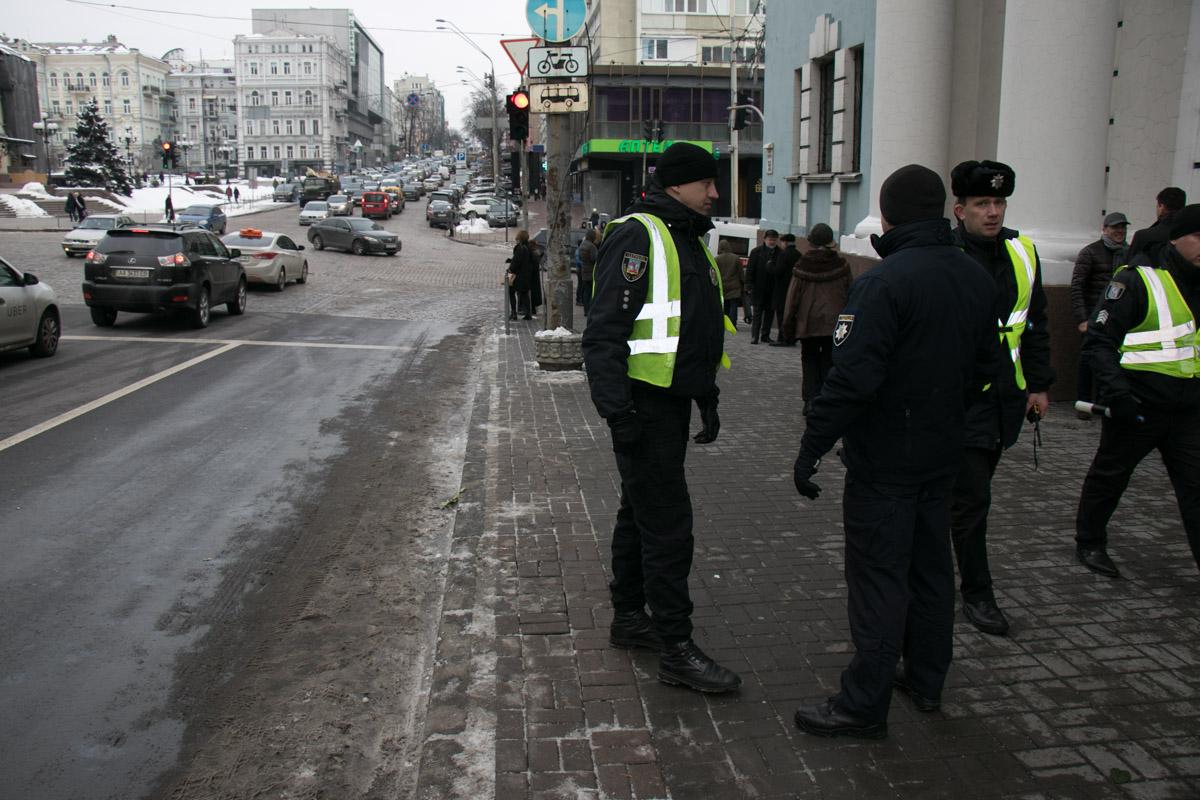 На улице перед зданием дежурили отряды полицейских