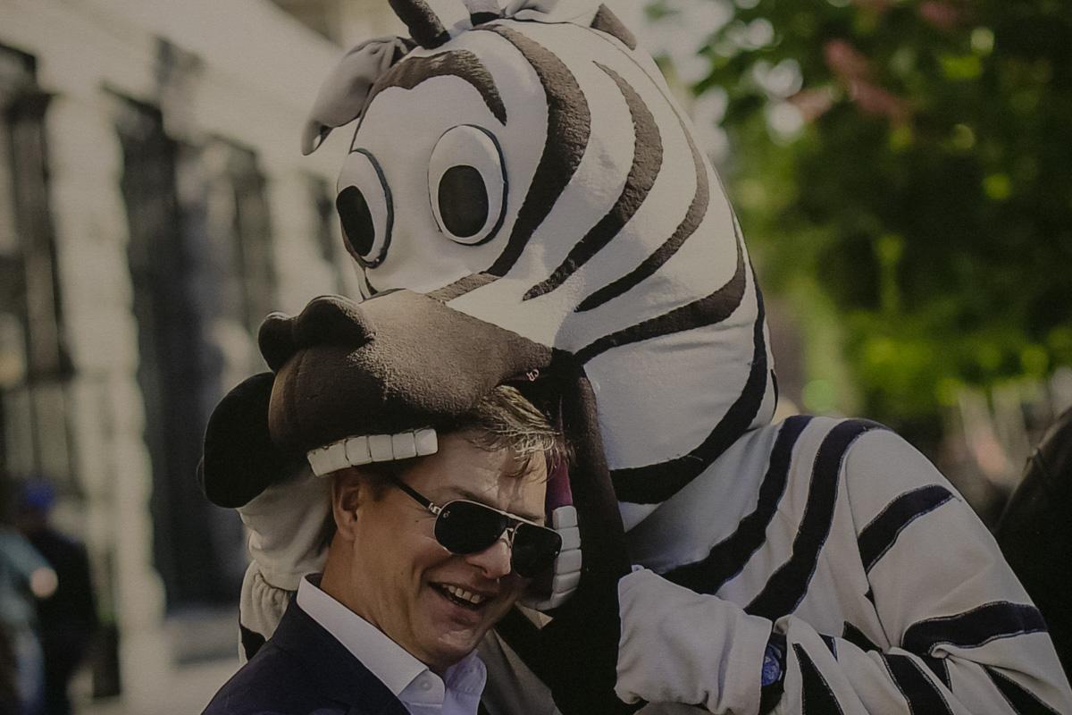 Нападение суровой зебры на народного депутата не осталось без внимания