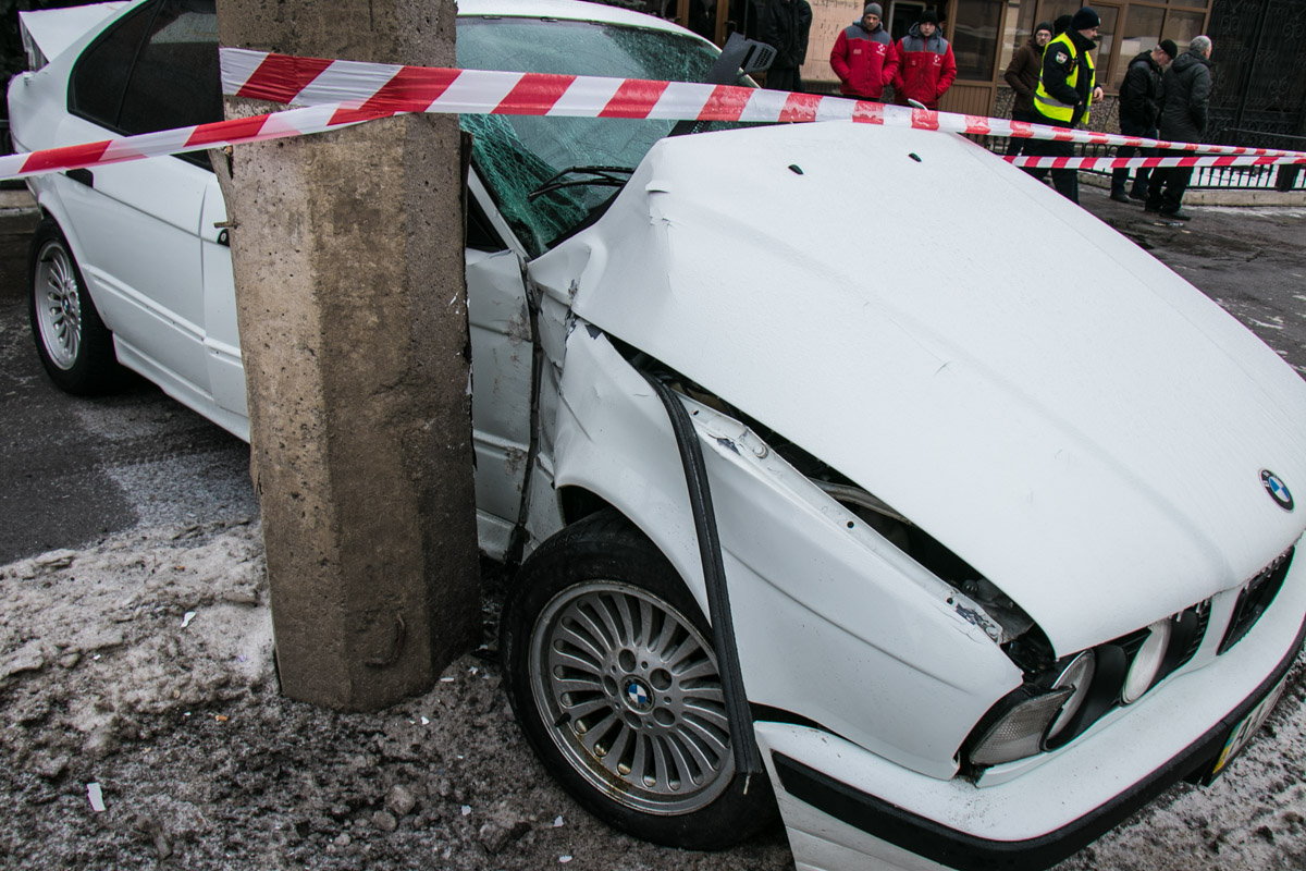 BMW вылетел на тротуар