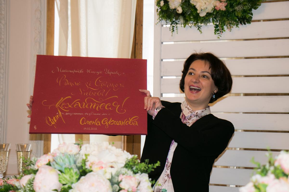 Поздравила новоиспеченных супругов замминистра юстиции по вопросам государственной регистрации Елена Сукманова