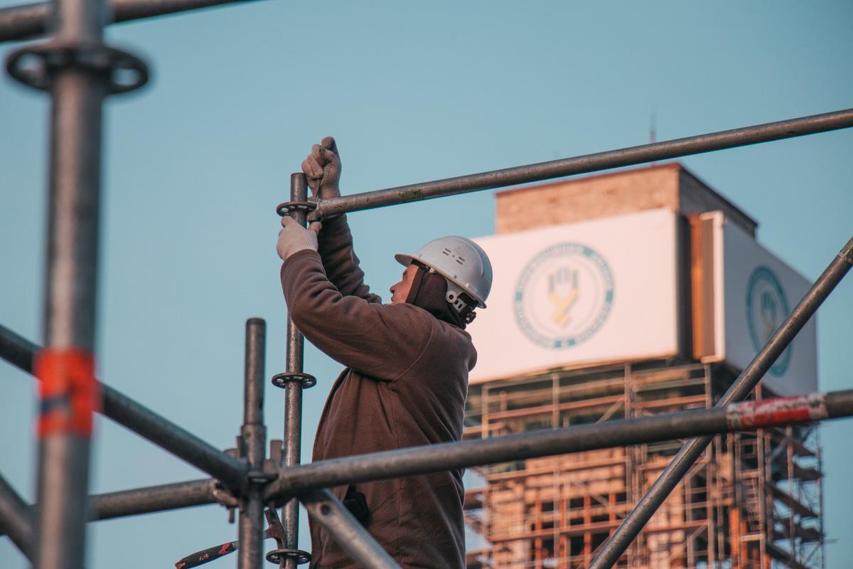 На Майдане устанавливают конструкцию из железных прутьев