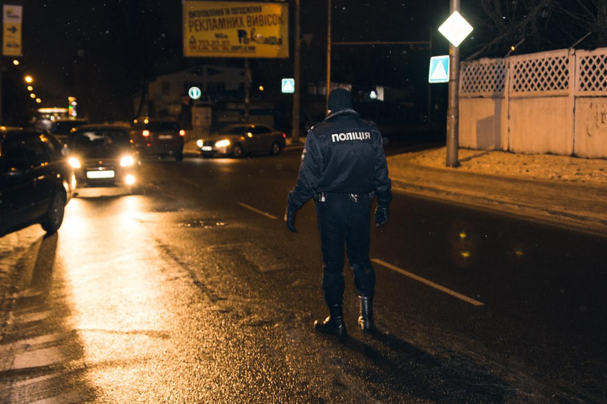 Полицейский регулировал движение