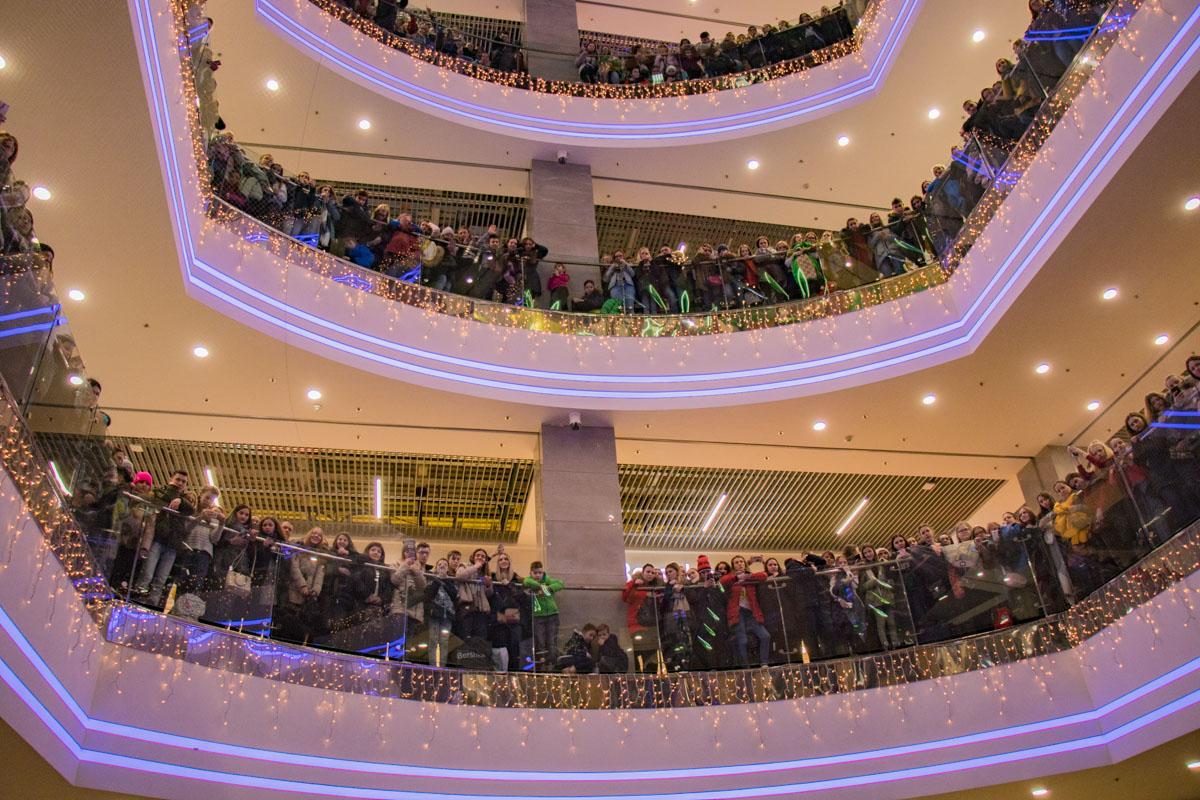 Этажи торгового центра заполнили фанаты