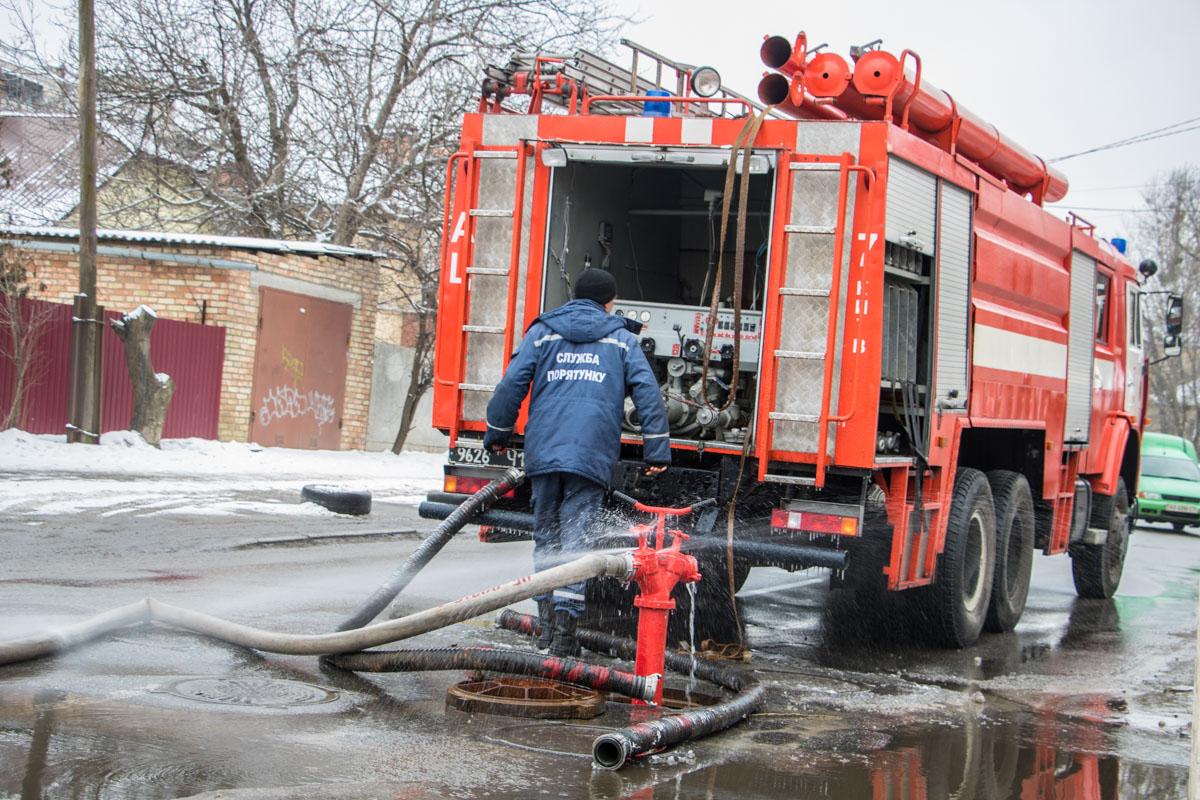 Из-за пожарных рукавов движение автомобилей было частично затруднено