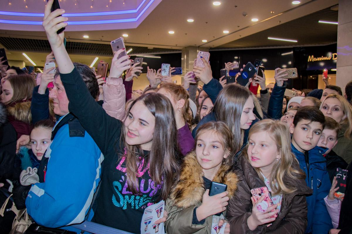 Юные зрители приветствуют своих кумиров