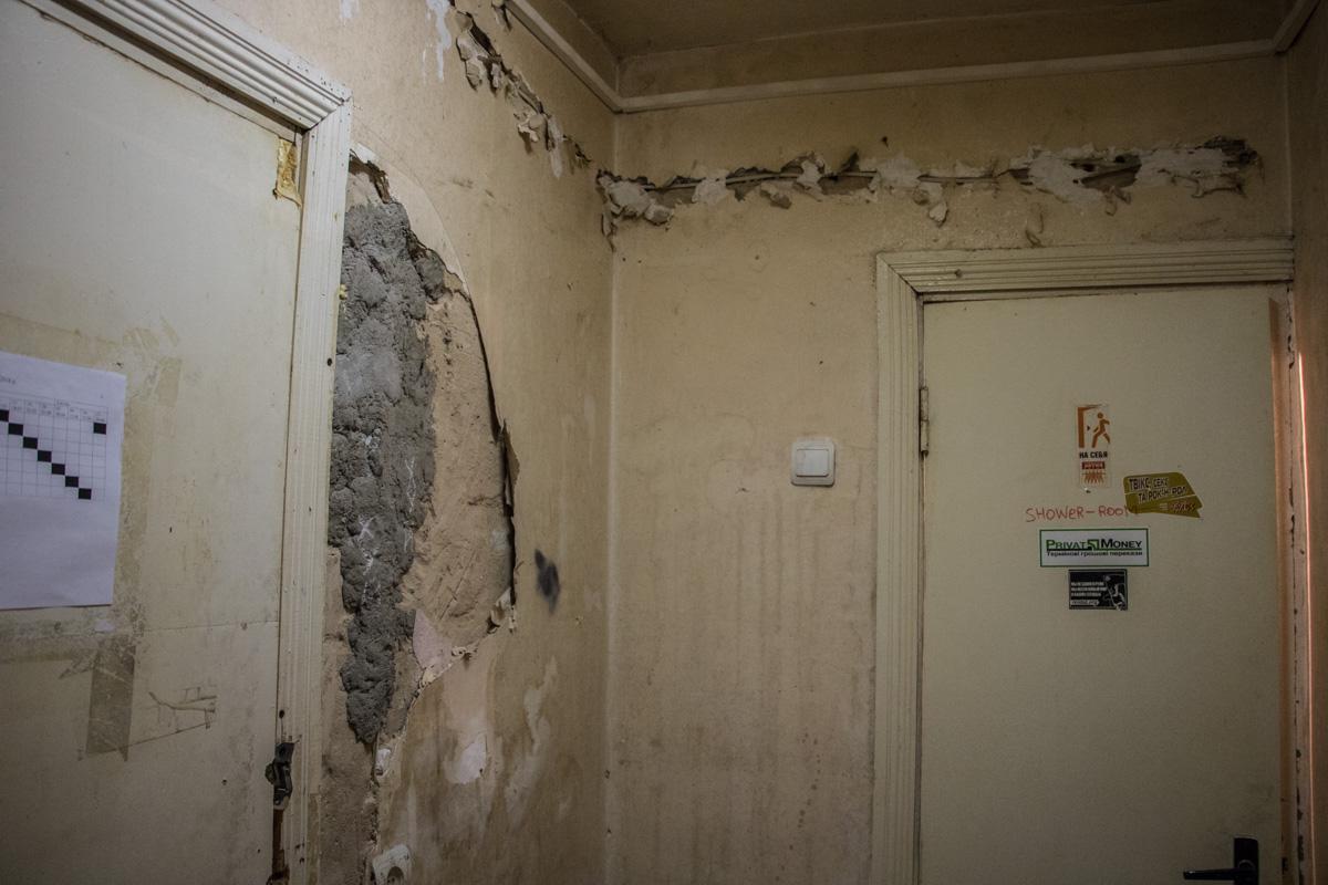 Состояние таких стен - привычная картина для общаг КПИ
