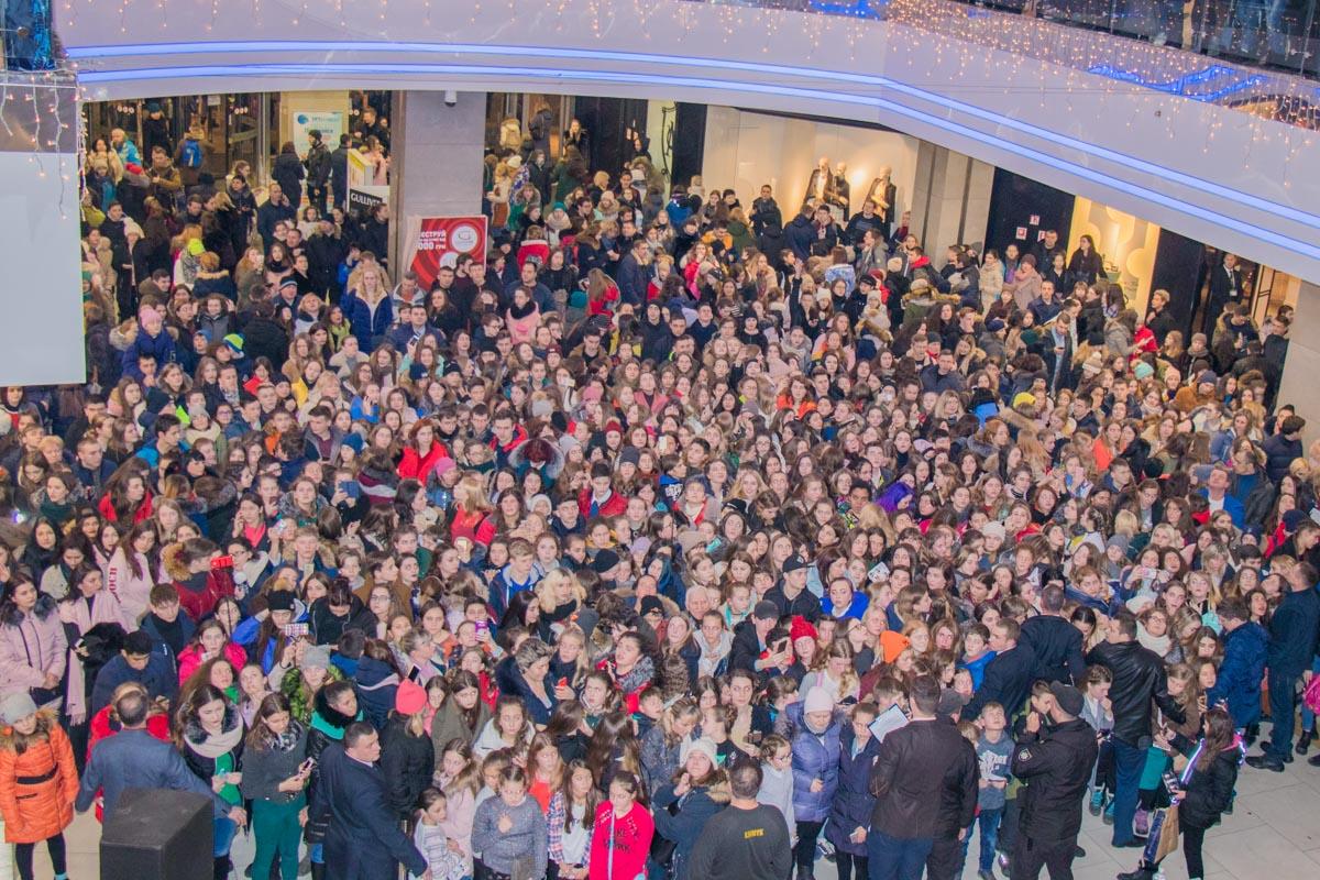 Тысячи людей ждут встречи со звездами сериала