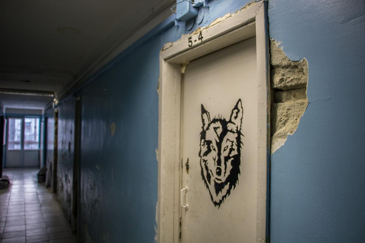 Грустно-синяя безысходность коридора
