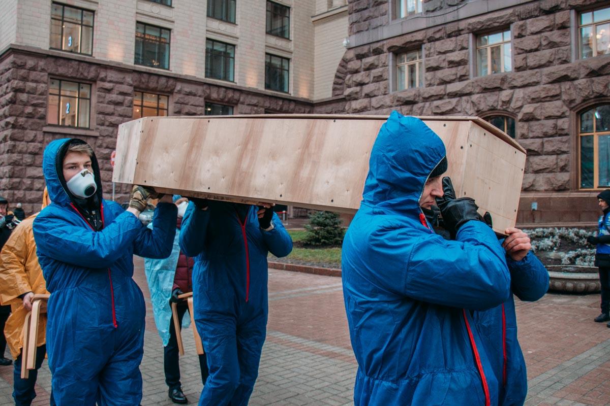 Гроб был пустой, но активисты утверждали, что в нем пустые обещания властей
