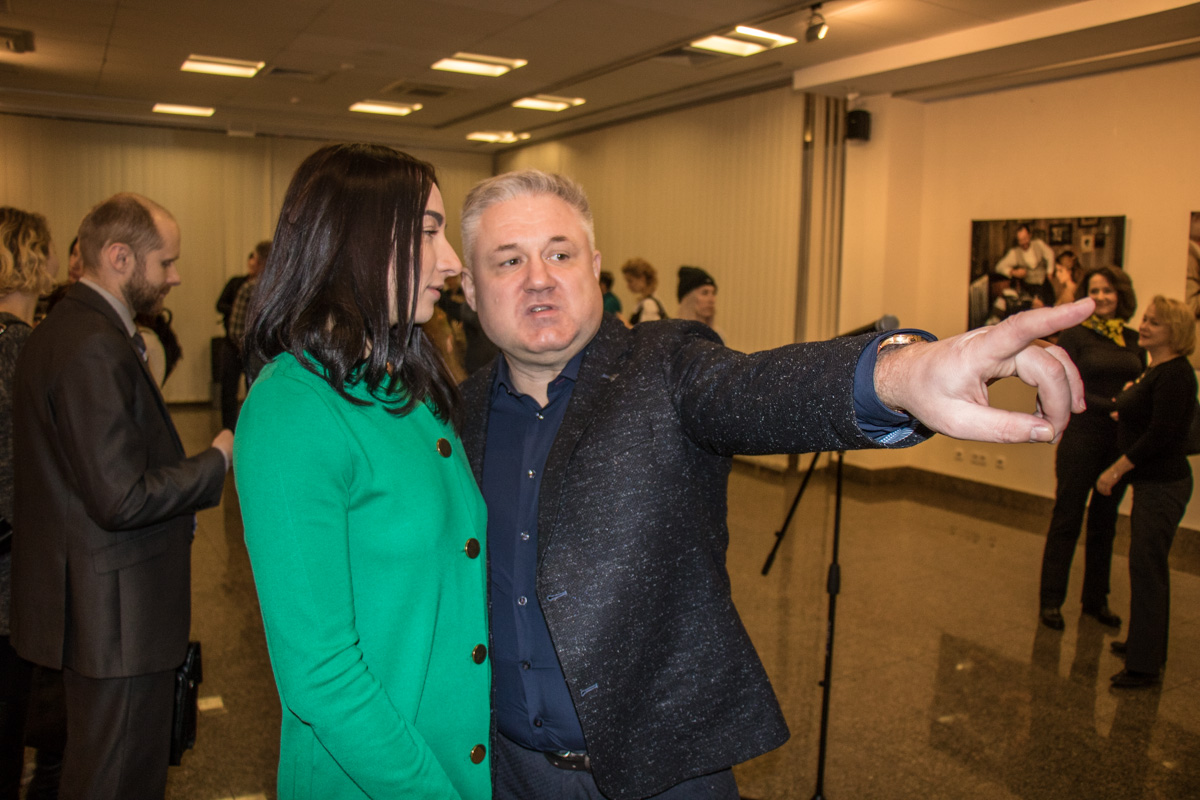 Зрители внимательно рассматривали фотоработы Лобанова