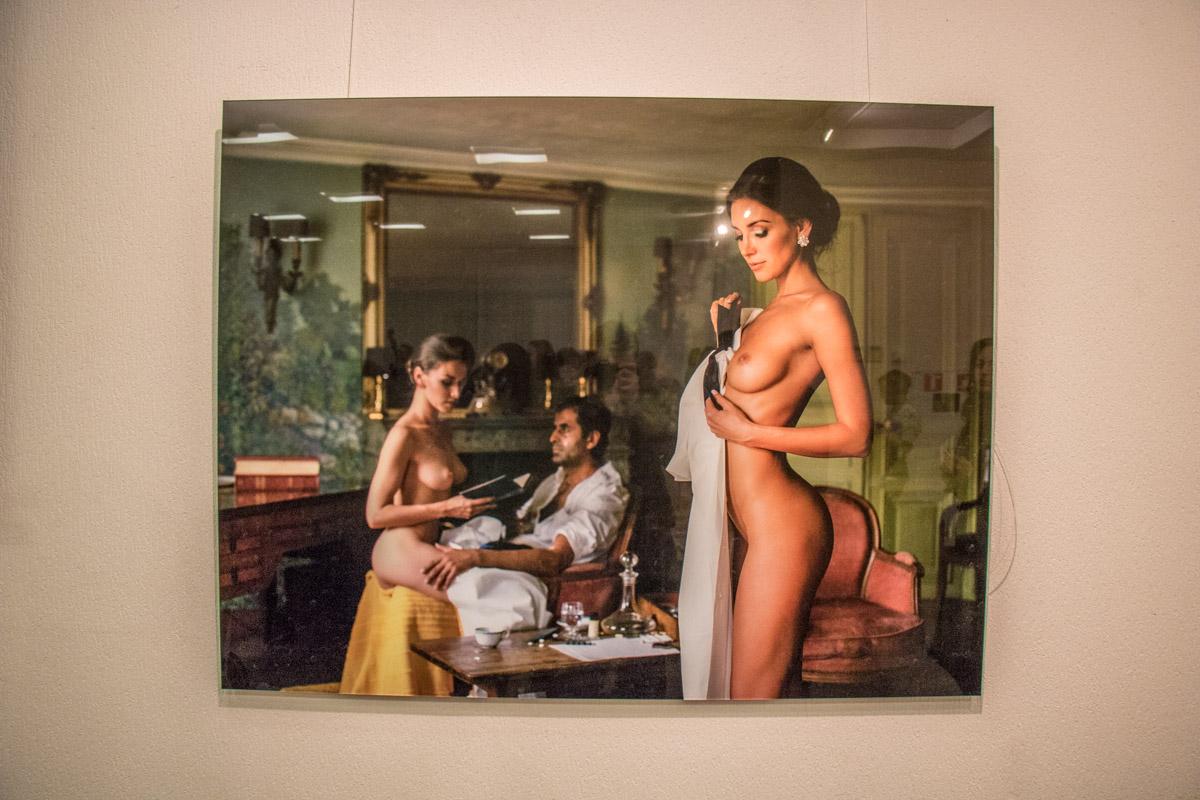 Изгиб оголенного женского тела - проявление эстетики и красоты
