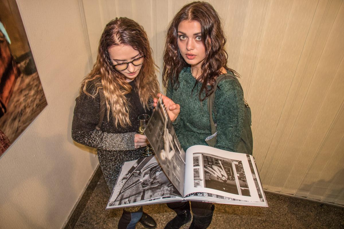 Присутствующие девушки, возможно, мечтали стать будущими моделями фотографа