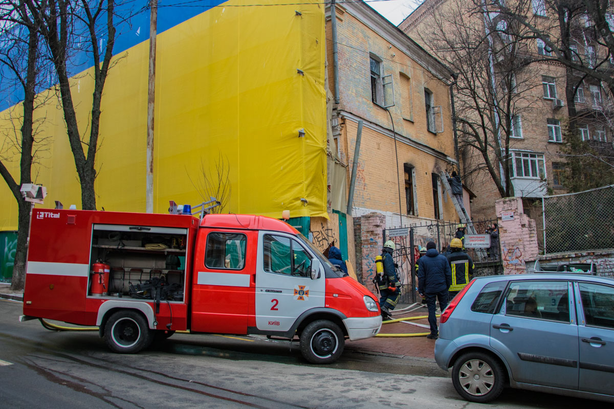 Горело здание рядом с Софийской площадью