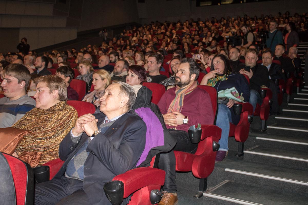 Смотрит фильм в зрительном зале и автор музыки - Эдуард «Диля» Приступа