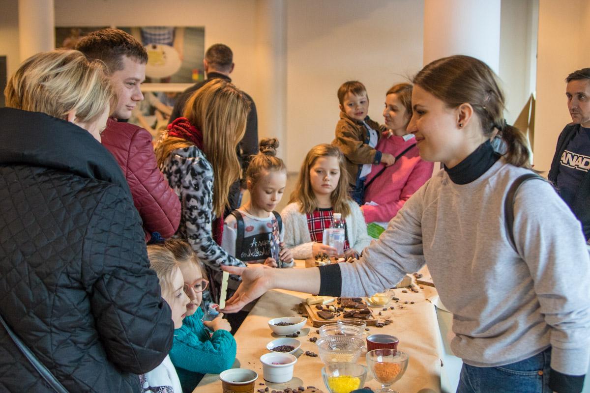 Многие пришли на праздник шоколада с детьми