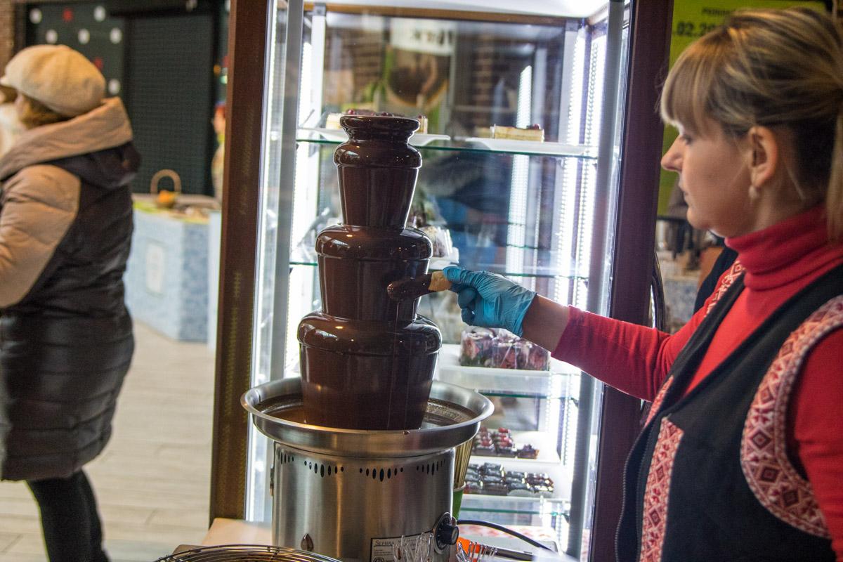 Шоколада много не бывает, поэтому гости ели его ложками