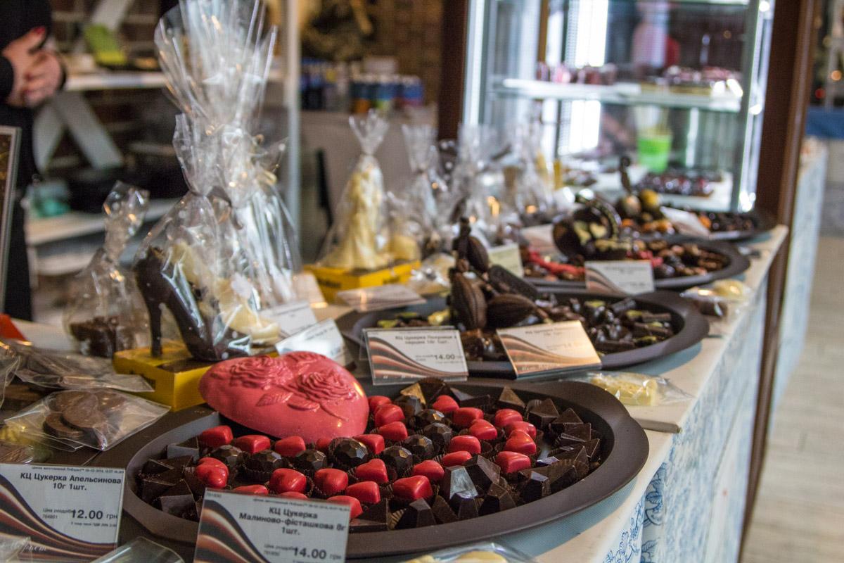 А вот такие конфеты в виде сердца предлагали приобрести всем влюбленным