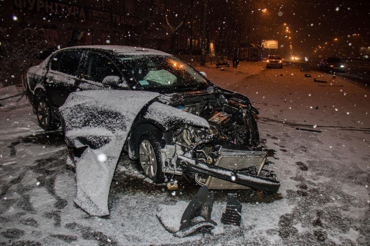 После столкновения у авто полностью разбита передняя часть бампера