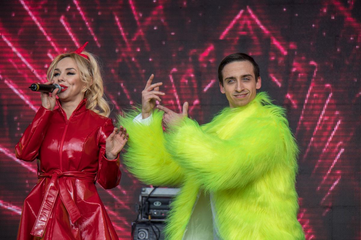 Артисты развлекали гостей со сцены заводными песнями и танцами