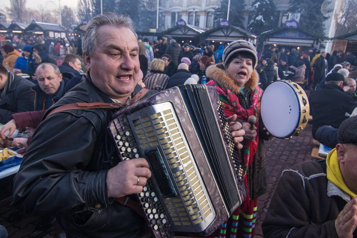 Чтоб веселее было есть, гостям сыграли фольклорные напевы