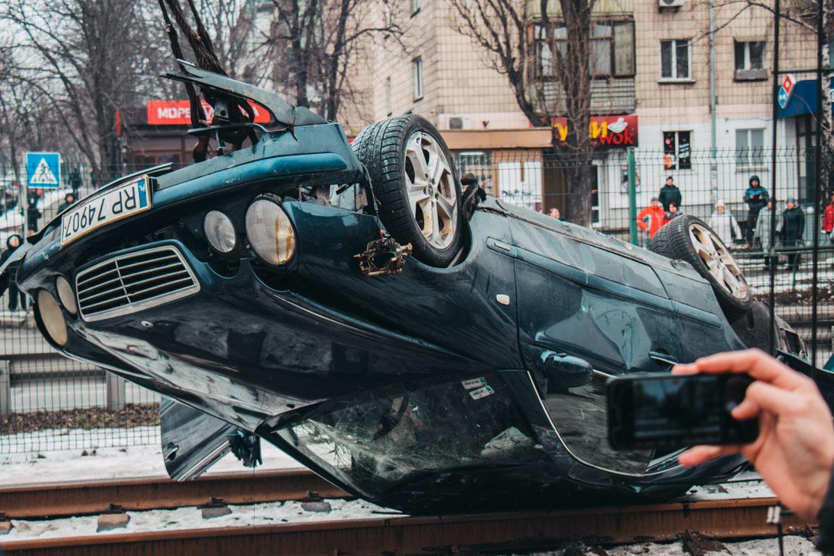 Авто перевернулось на крышу