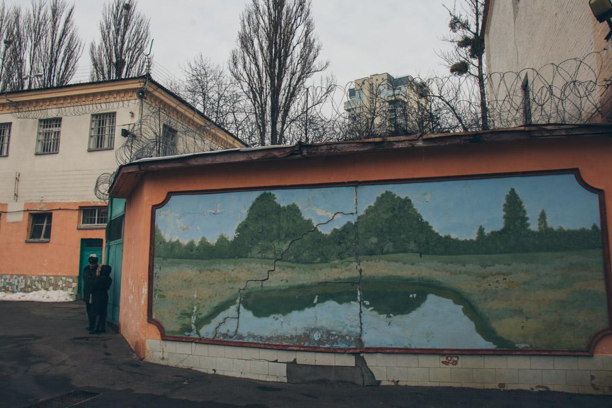 Пейзажи украшают внутренний дворик СИЗО
