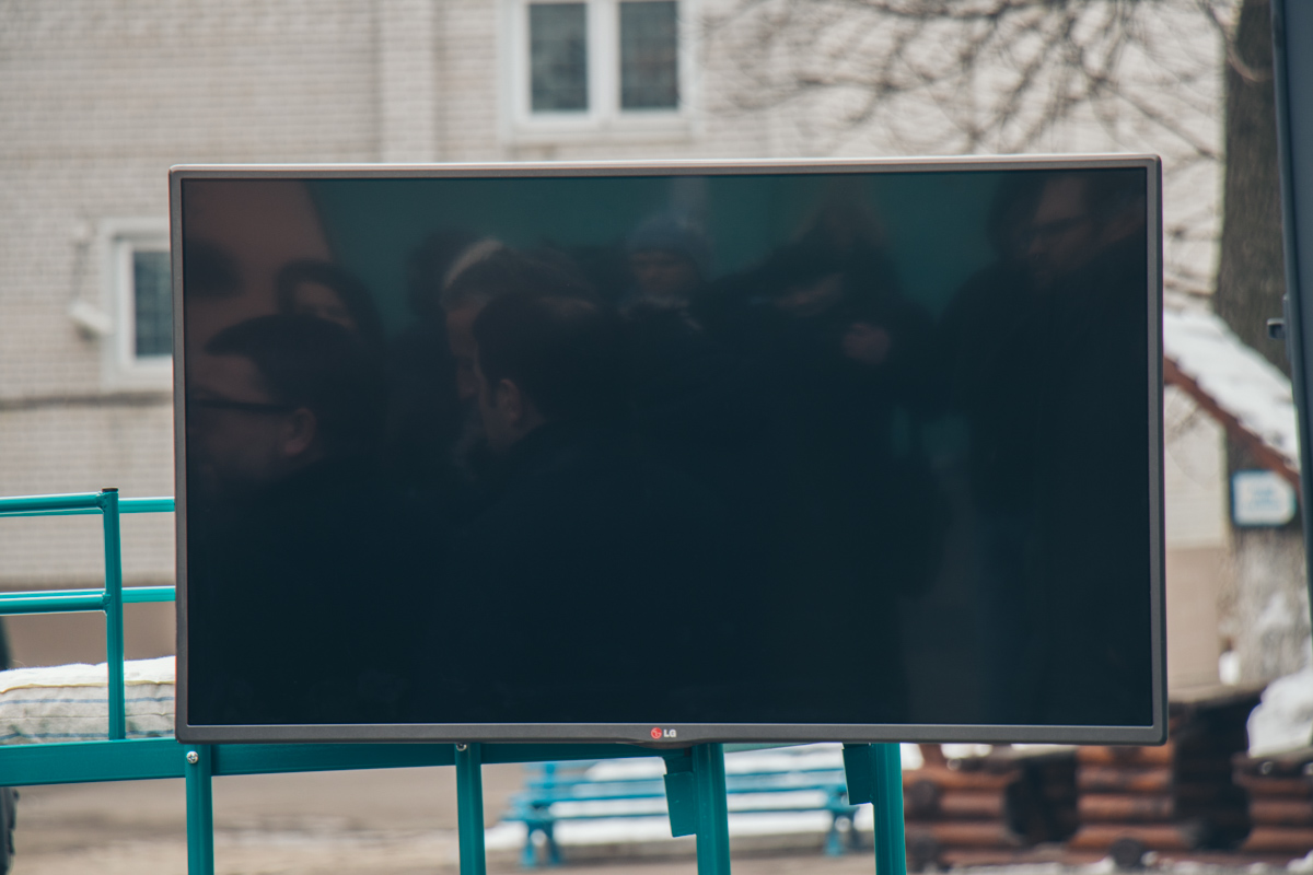 Заключенные будут смотреть программы на плазменном телевизоре