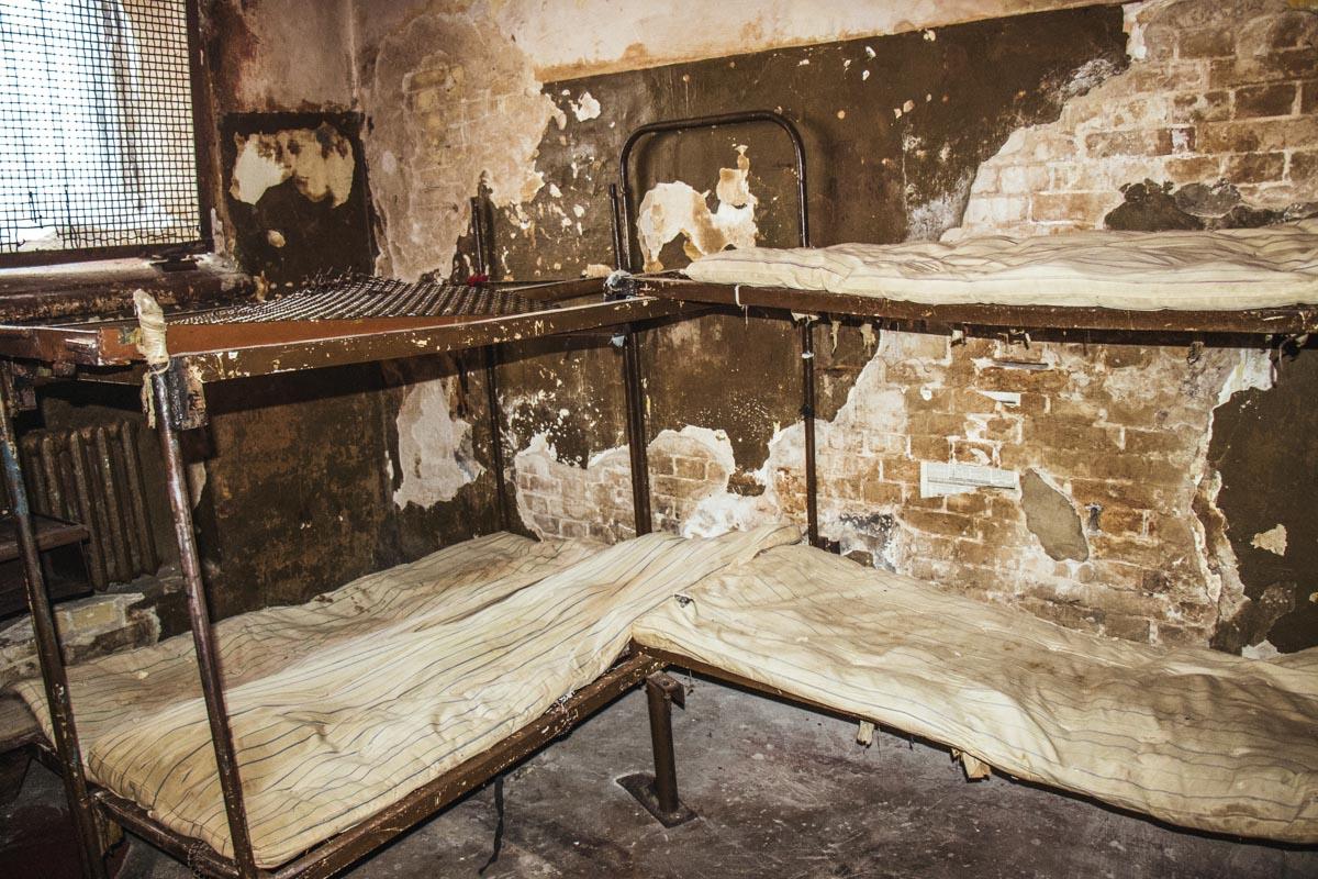 В камерах стоят старые сломанные кровати