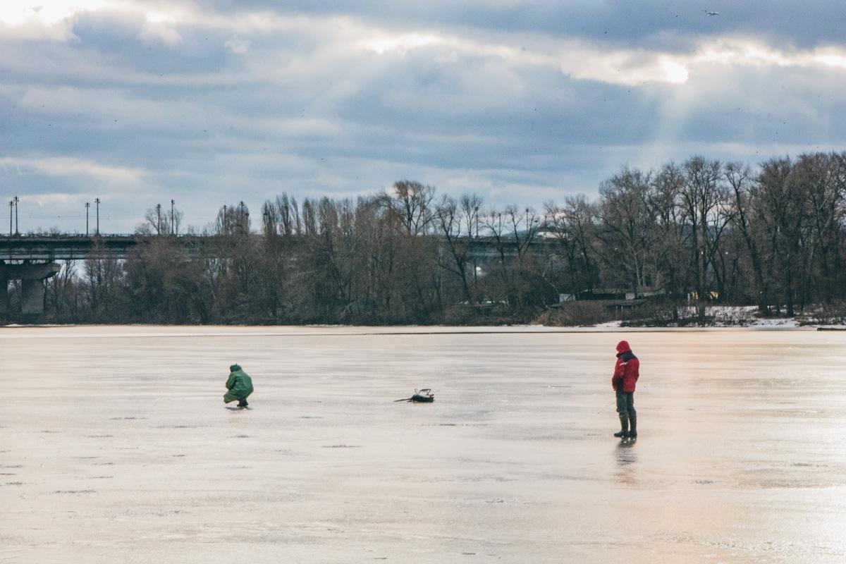 Отчаянные смельчаки не боятся провалиться под лед