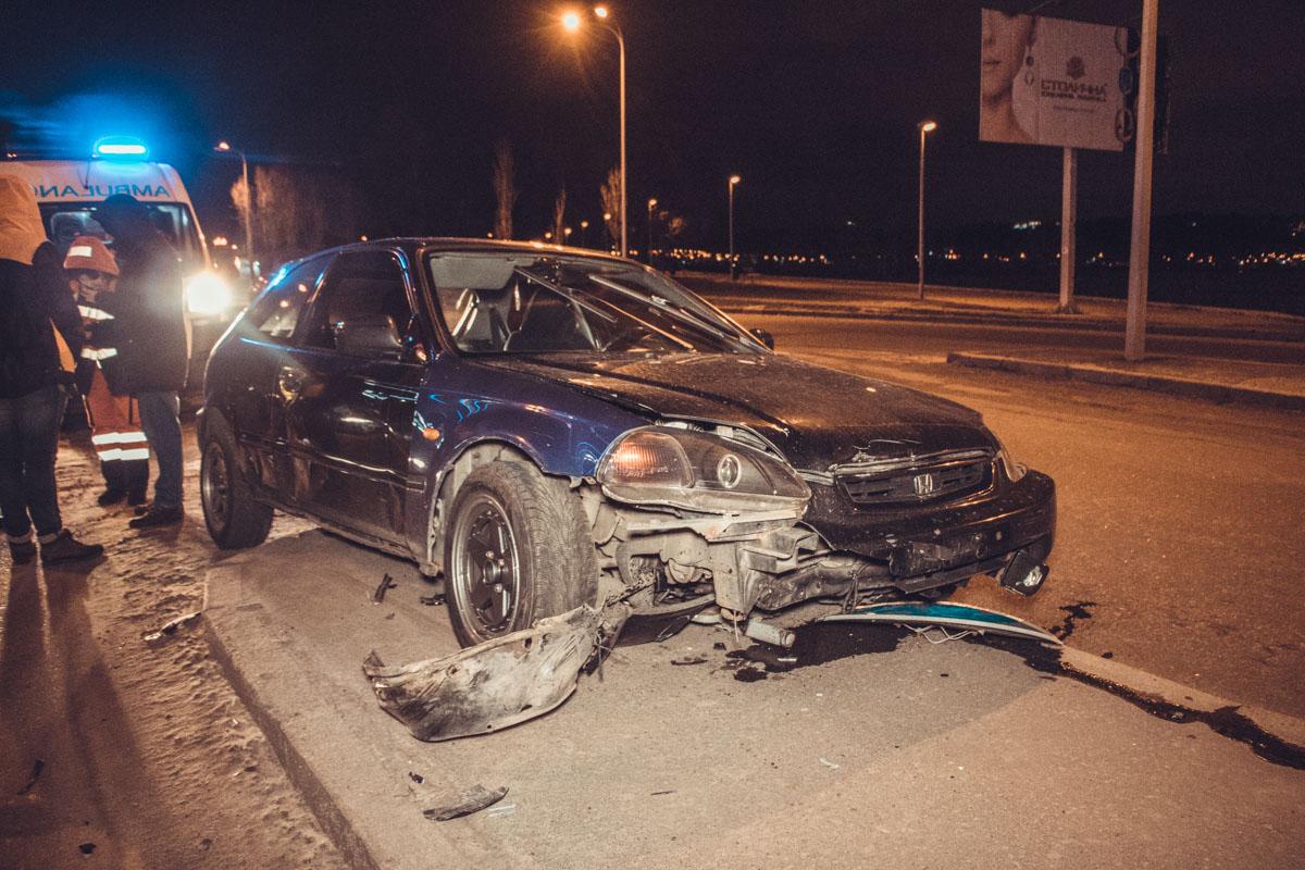 Водитель Honda Civic попытался уйти от столкновения и вылетел на разделительный бордюр