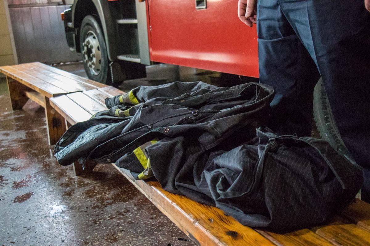 Ранее пожарные выполняли свою работу в старой форме советских времен