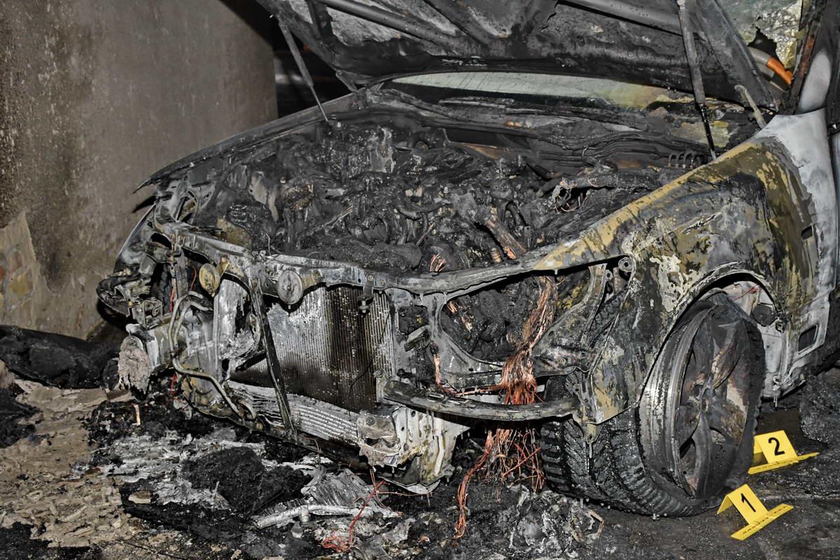 Потушить горящий автомобиль пытался охранник автостоянки