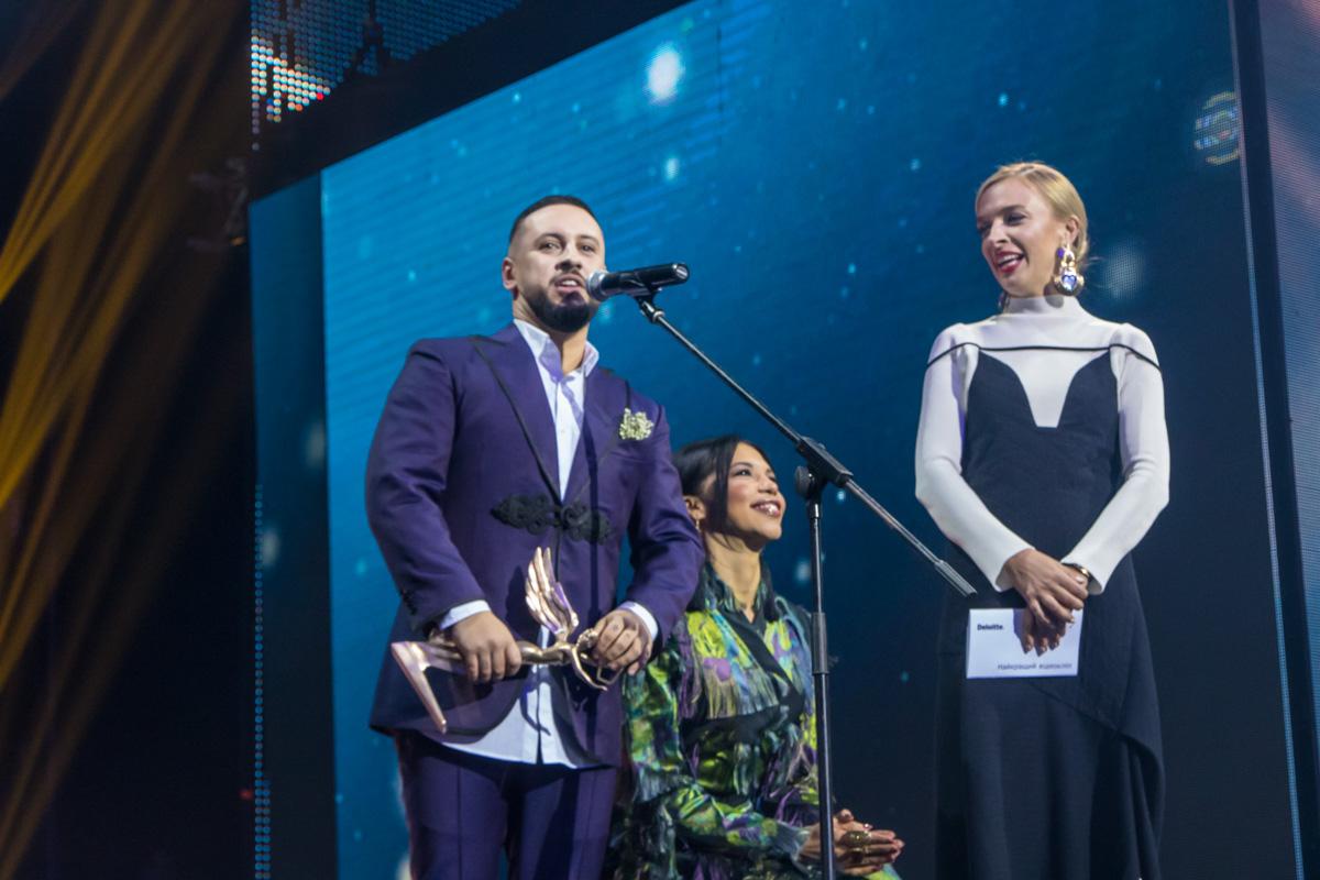 """Также певец получил статуэтку, как """"Лучший певец"""" и за """"Лучшее концертное шоу"""""""