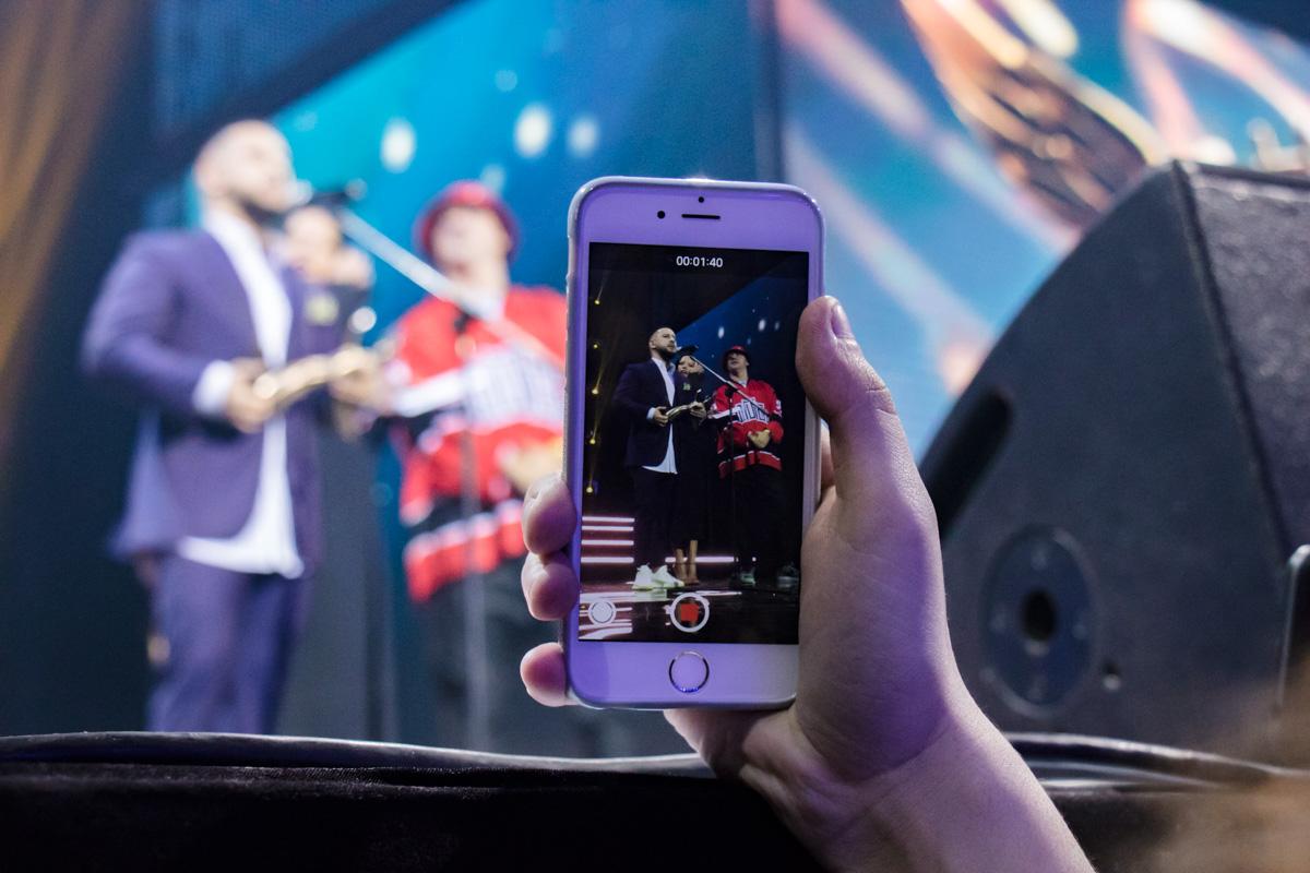 Зрители фотографировали и снимали выступление артистов