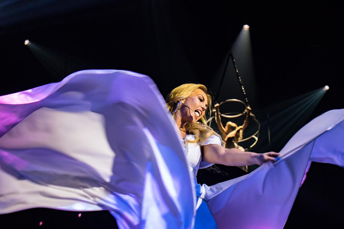 В начале песни у Камалии начало развиваться платье, а под конец в воздух поднялась и сама артистка
