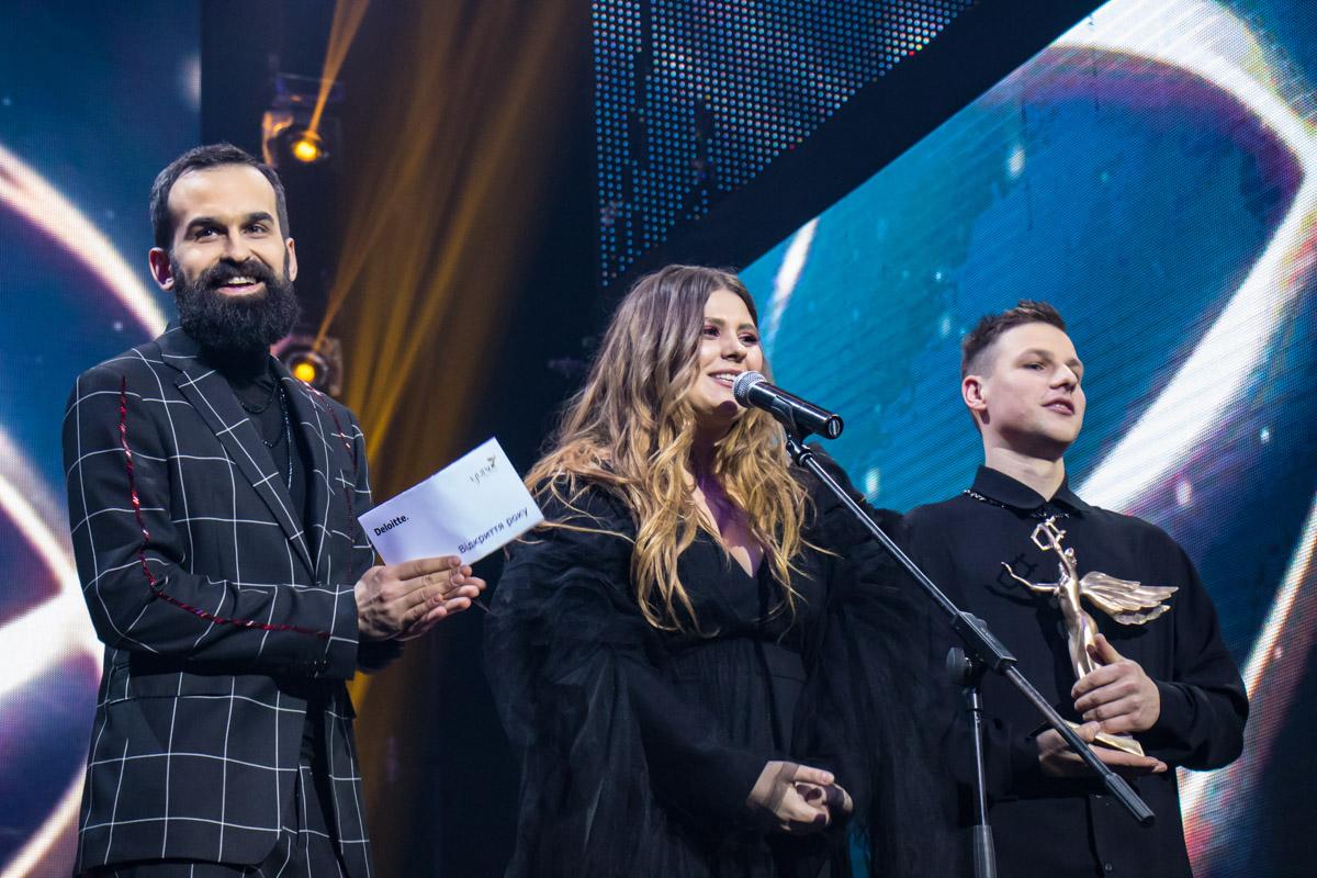 Для KAZKA победа в номинации стала неожиданностью и солистка группы Александра просто сияла от счастья