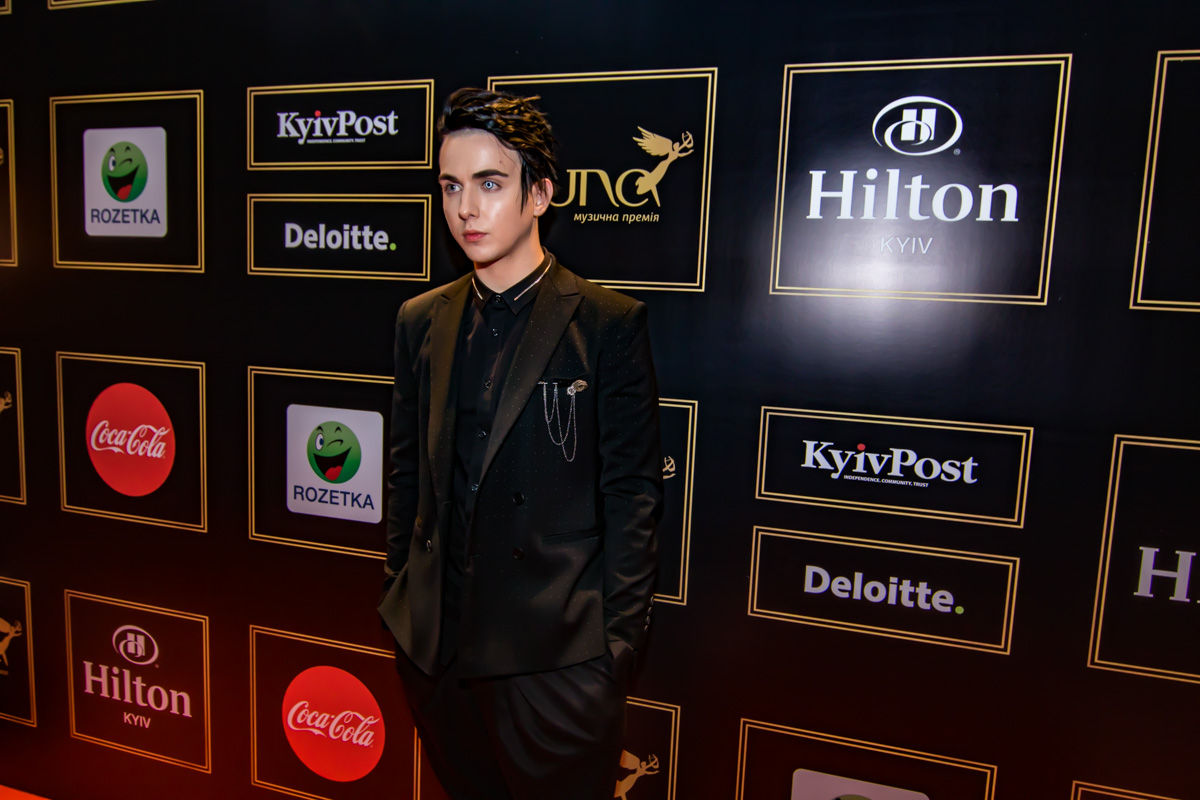20-летний певец красовался на красной дорожке музыкальной премии Yuna 2018