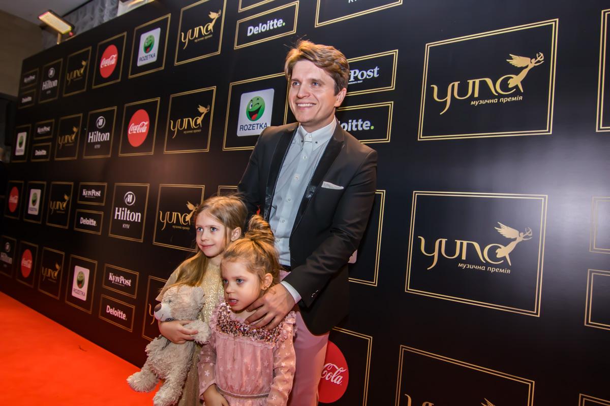 Анатолий Анатолич вместе с дочками Алисой и Лолой