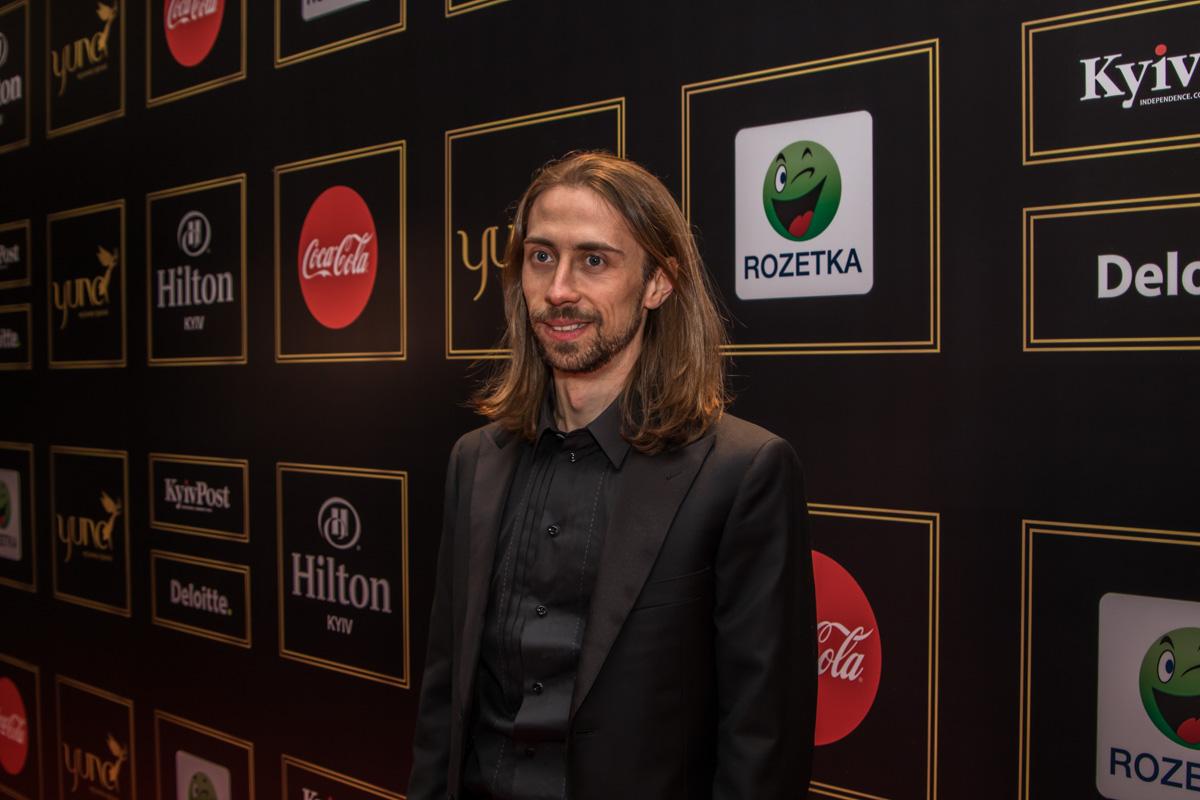 DJ Sender - украинский диджей, музыкальный продюсер, автор песен и исполнитель и создатель радиостанции DJFM