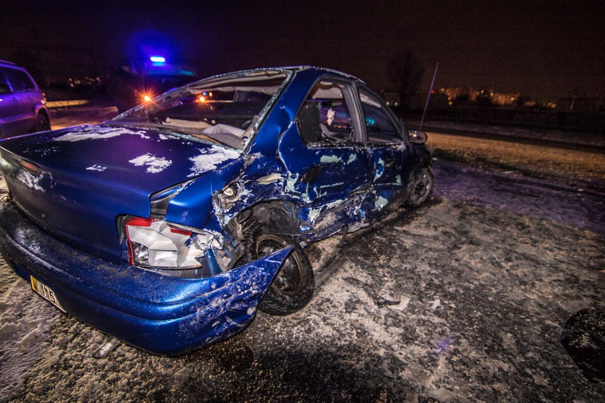 АвтомобильDaewoo, который двигался в сторону центра, врезался в автомобиль таксиRenault